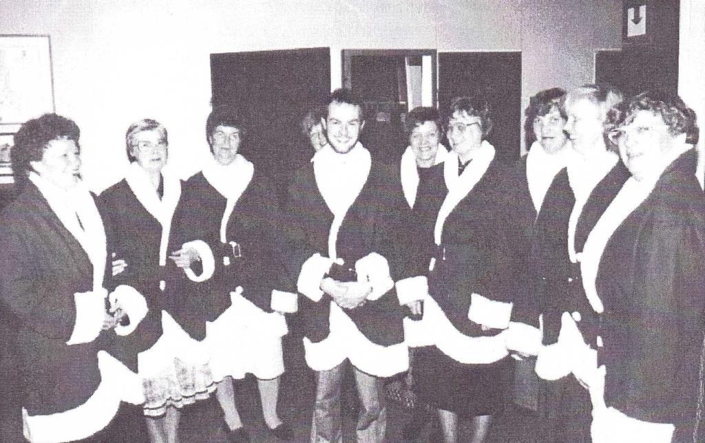 Äitikerhon ompelemia uusia Joulupukintakkeja sovitetaan vuonna 1987